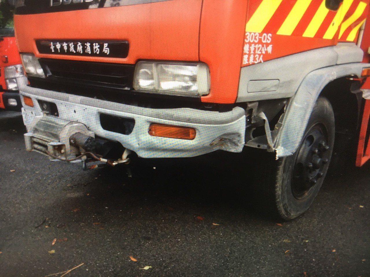 消防車左側前方踏板輪弧處受損。記者林佩均/翻攝