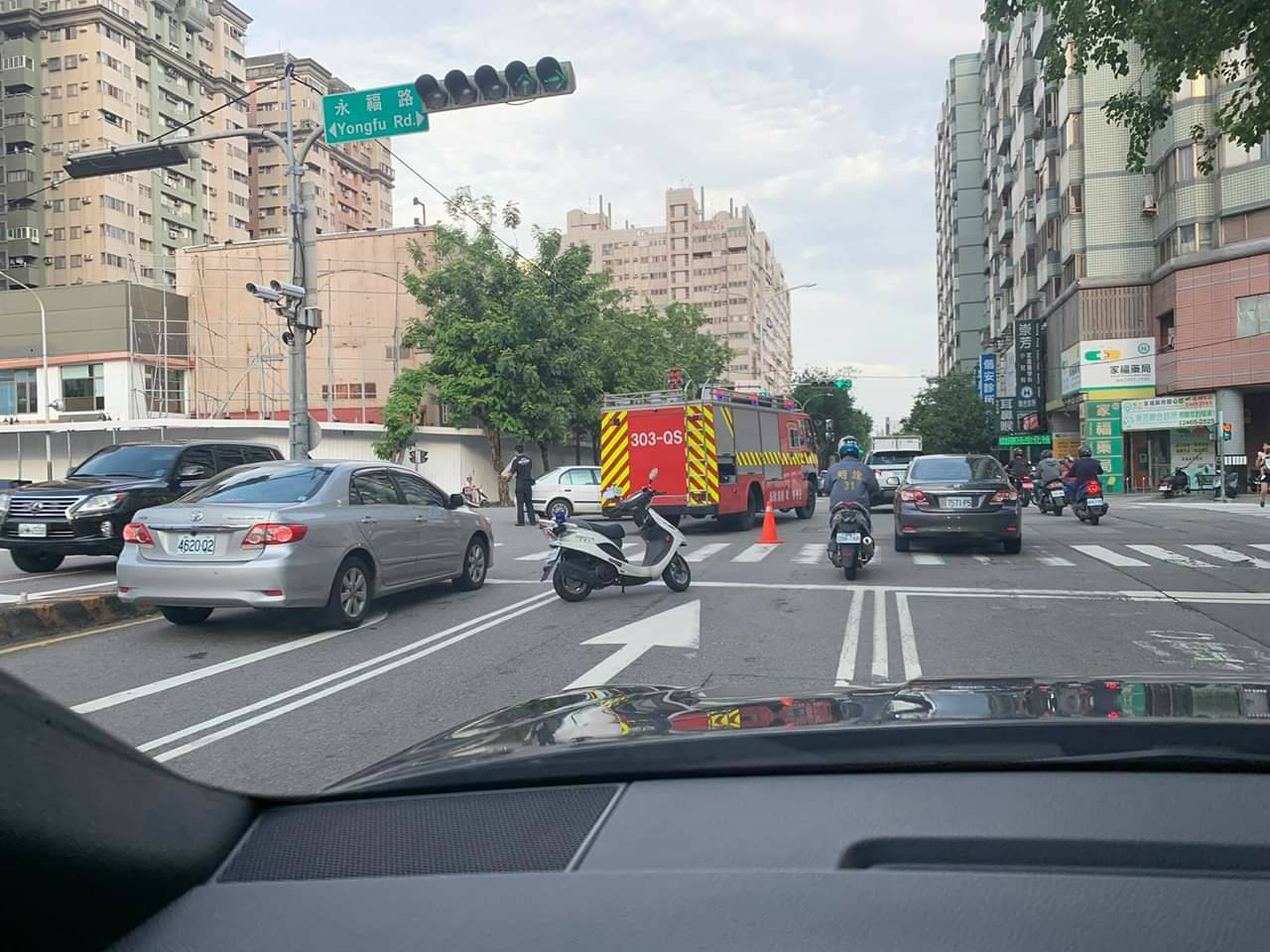 白色轎車未禮讓消防車出勤,兩車碰撞車頭毀損,所幸無人受傷。圖/擷取自職業聯結車職...