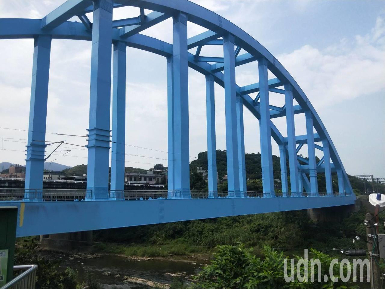 基隆八堵鐵橋火車呼嘯過煥然一新,重現天空藍美麗地標。記者游明煌/攝影