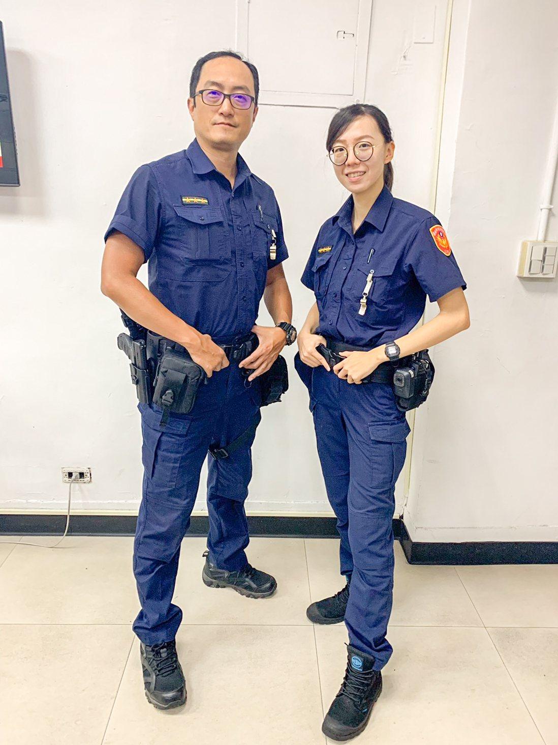 中山分局警備隊警員徐立國(左)、王宣予(右)日前成功幫助韓國女子尋回手機。記者蔡...