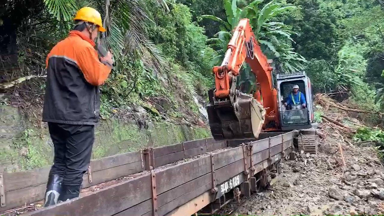 林鐵工作人員為避免土石影響下方民宅安全,今天上午以工程車運移。圖/阿里山林鐵提供