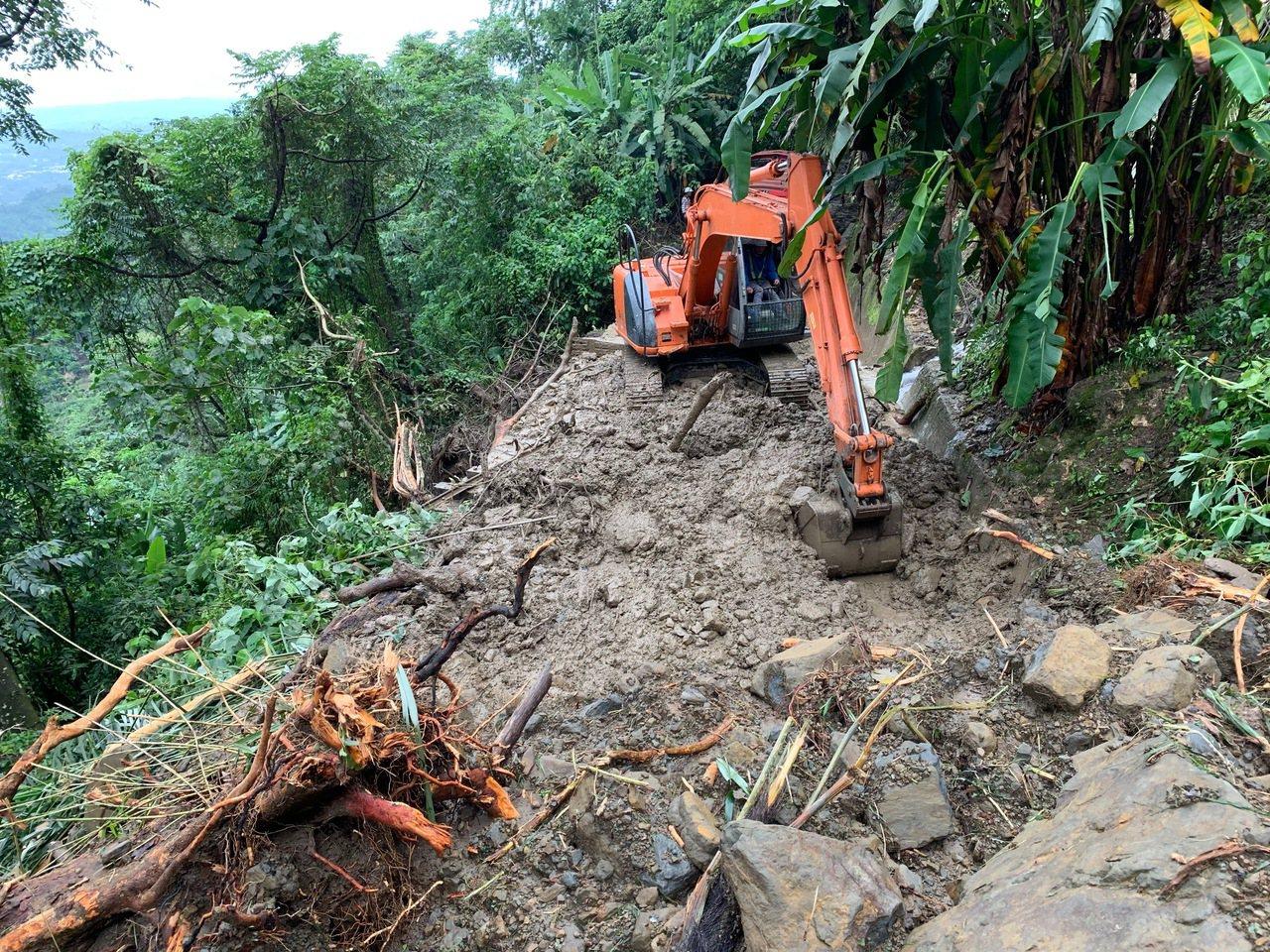 林鐵工作人員為避免土石影響下方民宅安全,以工程車運移。圖/阿里山林鐵提供