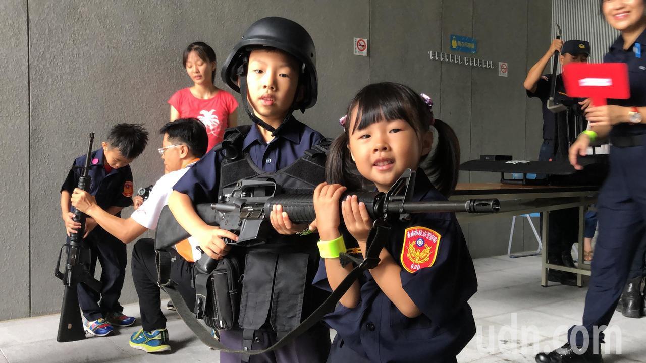 霹靂小組成員協助小朋友穿戴警用裝備,體驗霹靂小組執勤日常。記者邵心杰/攝影