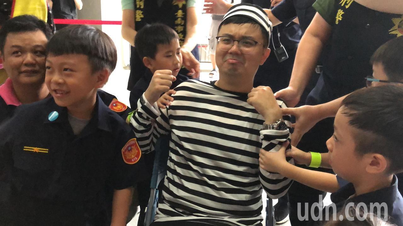 小小警察體驗營活動,透過戲劇互動向小朋友講解毒品危害。記者邵心杰/攝影