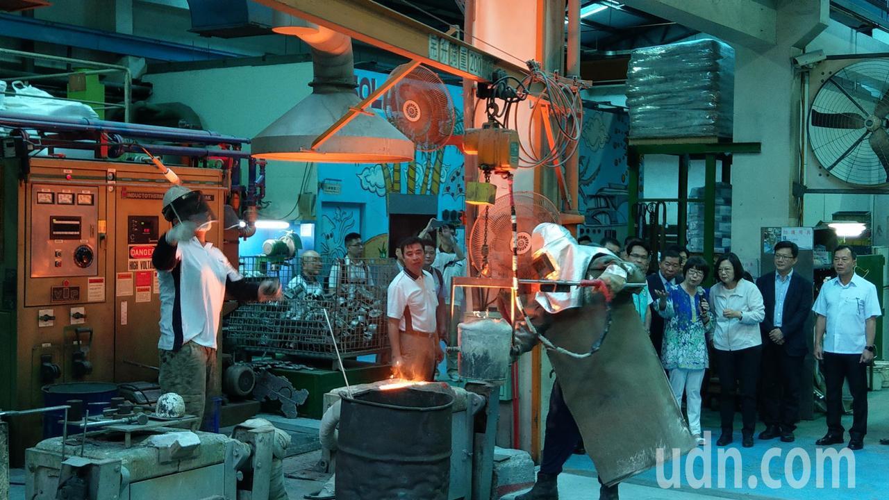 蔡英文總統(右三)今天參訪台中工業區廠商般若科技公司。記者趙容萱/攝影