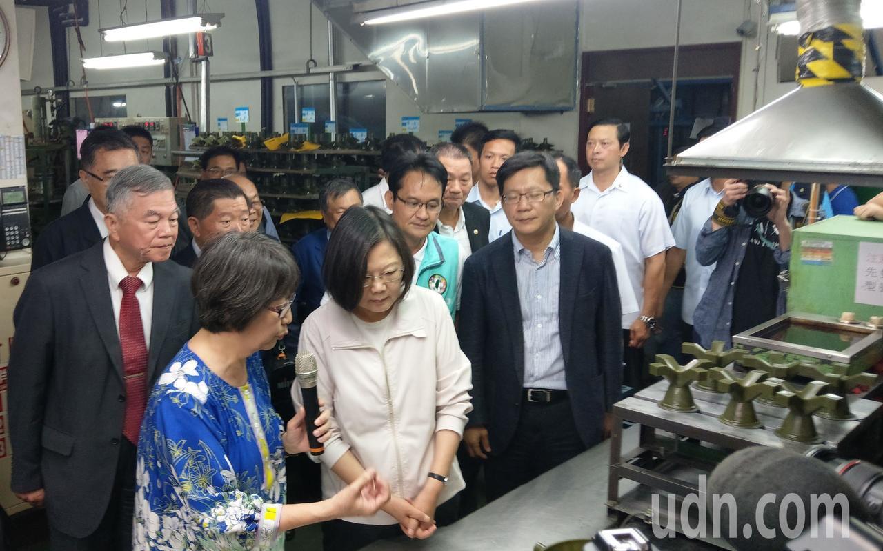 蔡英文總統(左三)蔡英文總統今天參訪台中工業區廠商般若科技公司。記者趙容萱/攝影