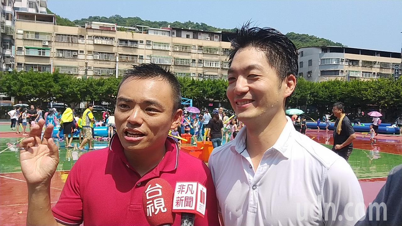 蔣萬安(右)、洪孟楷(左)到新北泰山玩水球,成眾人攻擊箭靶,渾身濕透。記者施鴻基...