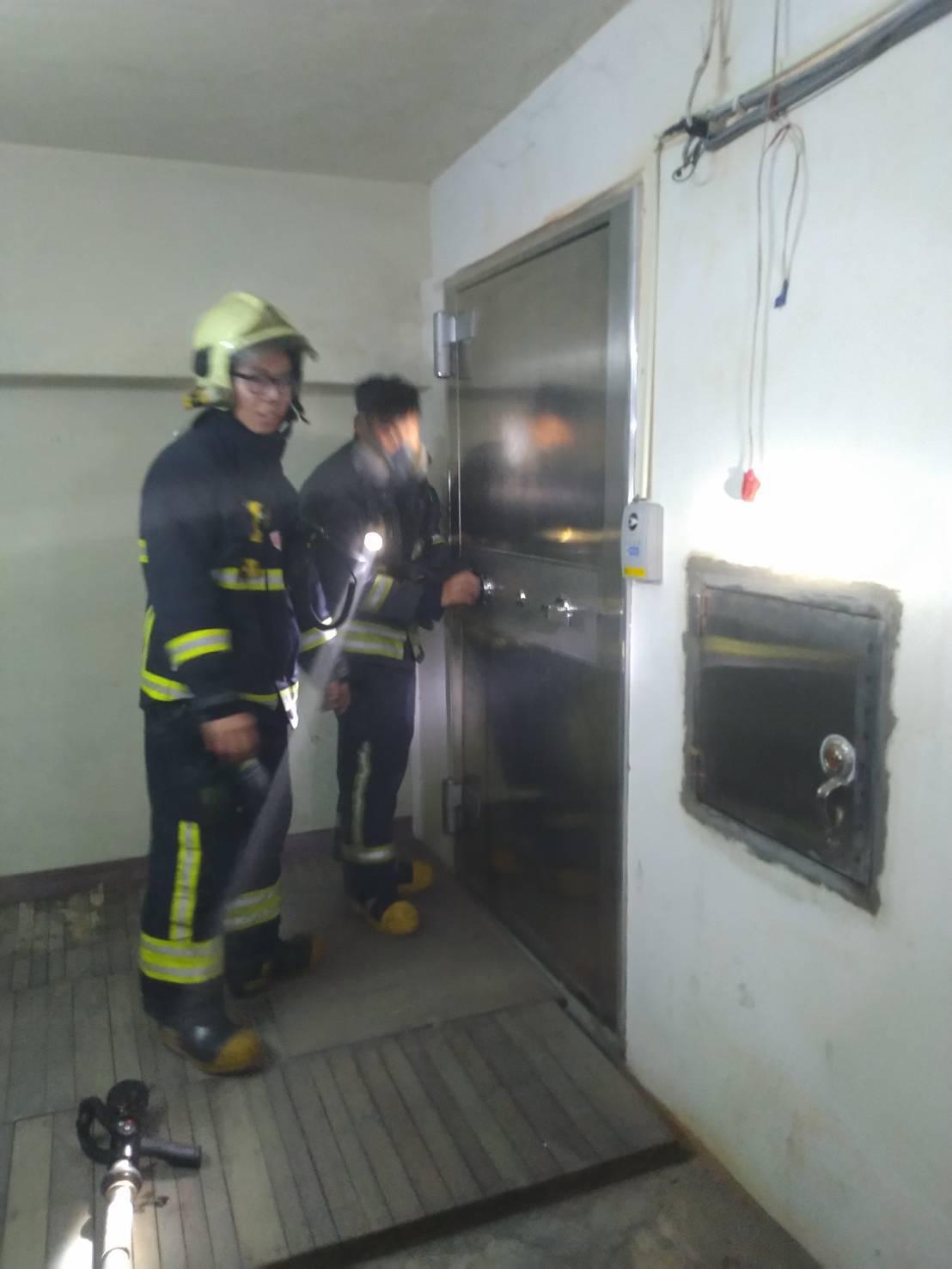 花蓮市農會生鮮超市地下金庫今天起火,消防人員趕往撲救。記者王燕華/翻攝