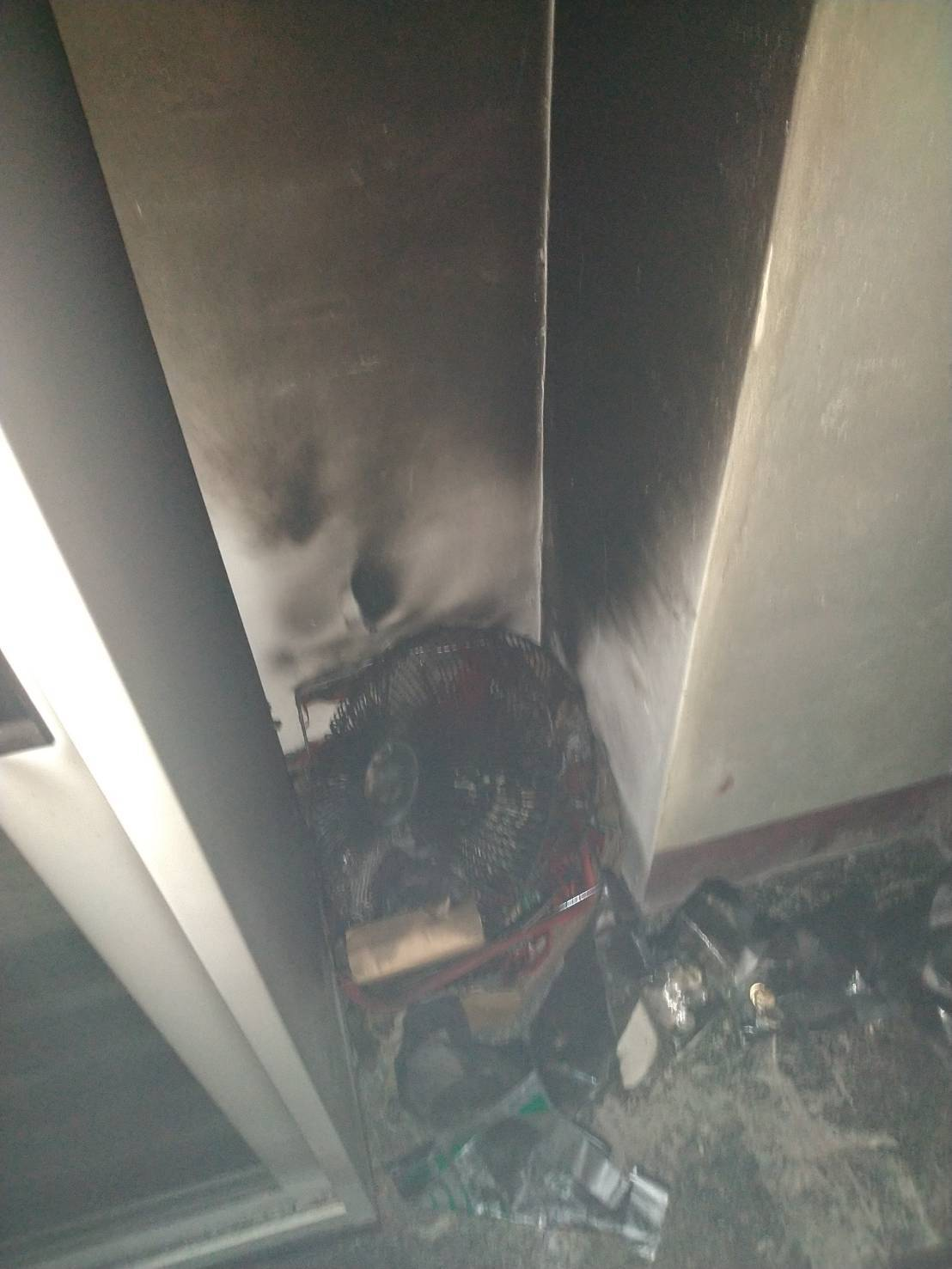 花蓮市農會生鮮超市地下金庫今天起火,消防人員趕往撲救,懷疑是電風扇老舊電線起火導...