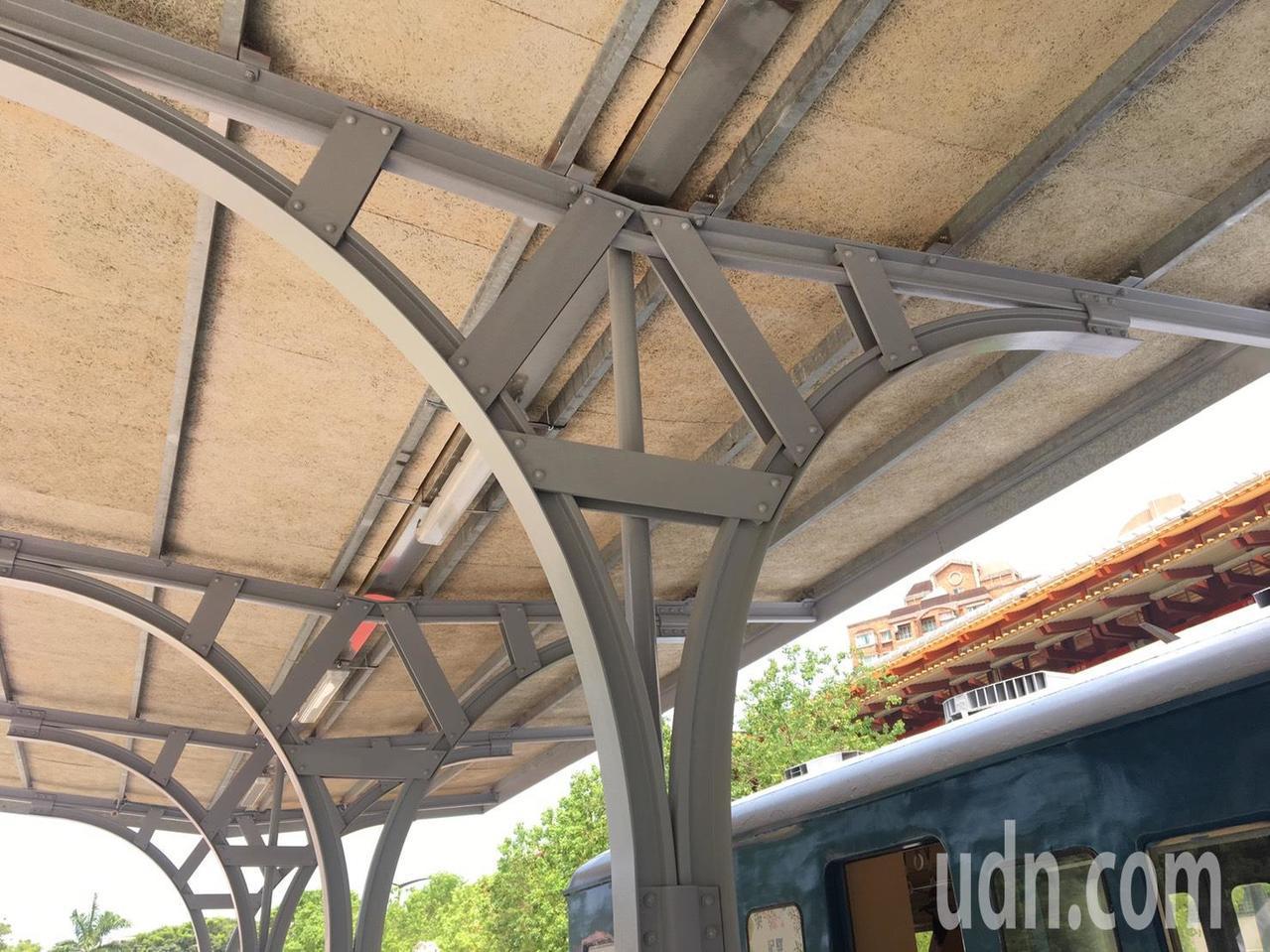 新北投車站月台棚架,使用有別於現代車站的錨釘式仿舊工法,相當有特色。記者郭頤/攝...