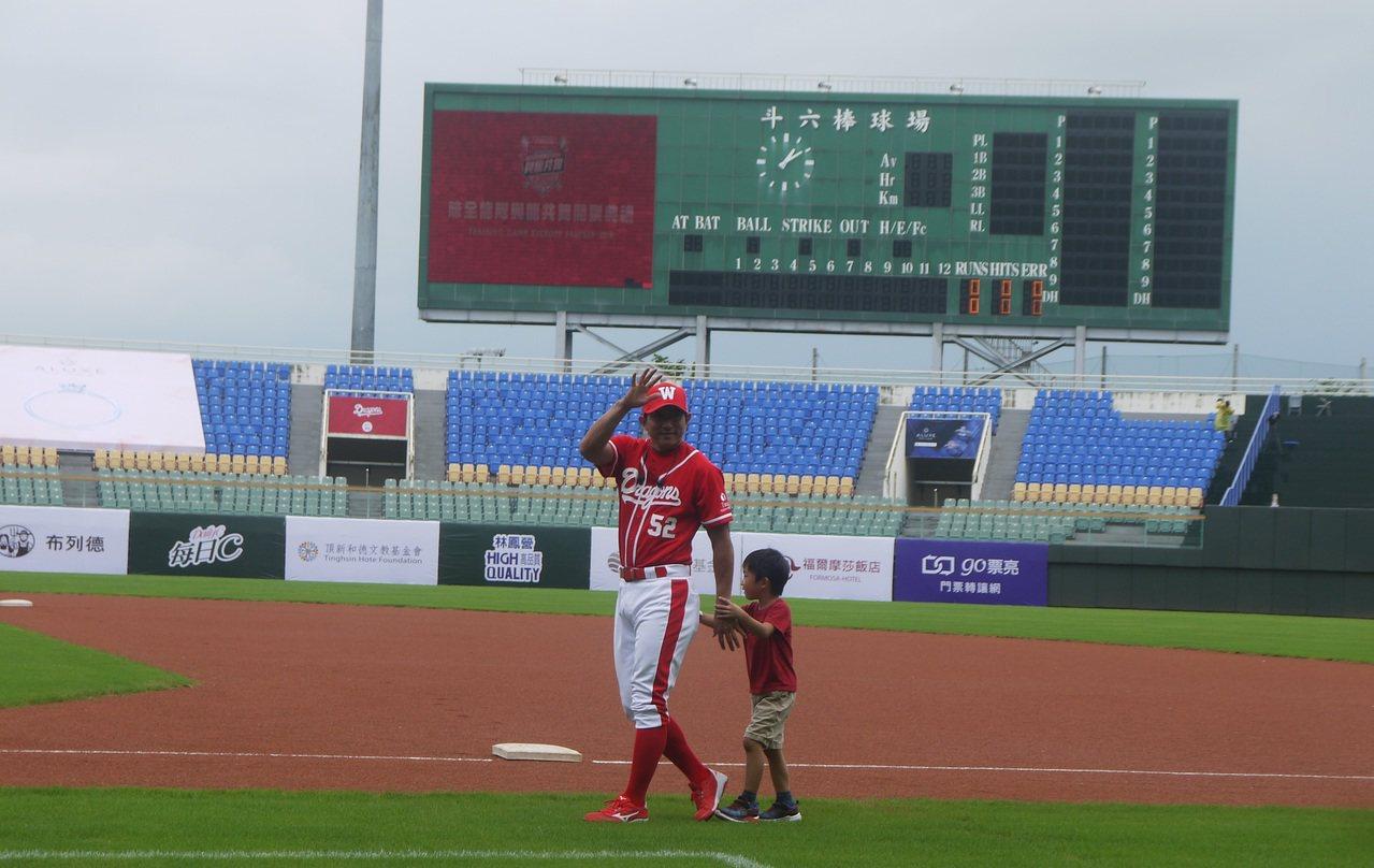 川崎宗則帶著兒子現身斗六球場。記者吳敏欣/攝影