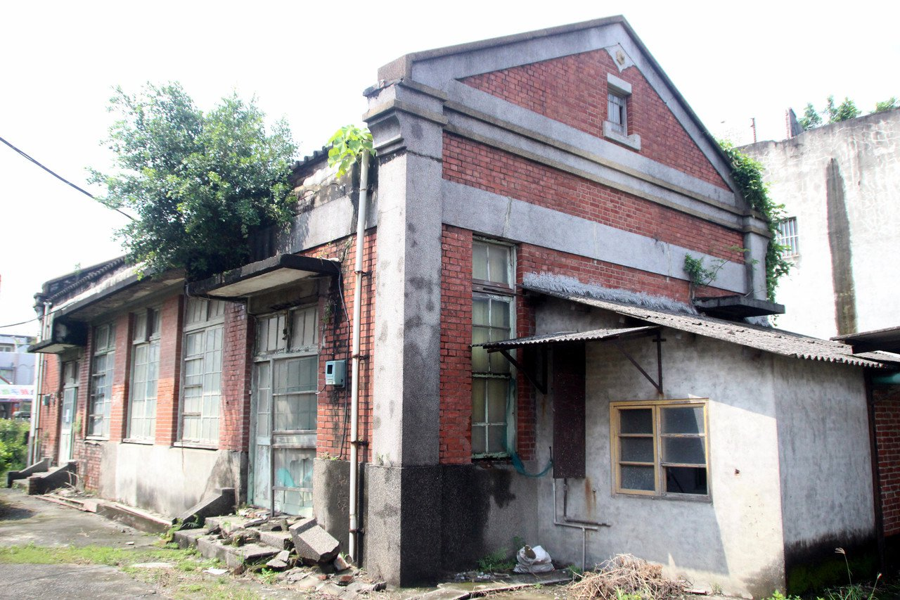 埔心舊館村保甲事務所後方牆面表存完整。記者林敬家/攝影