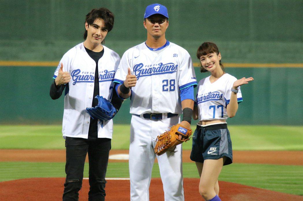 職棒球員高國輝(中)指導謝佳見、葉星辰開球技巧。圖/東森提供