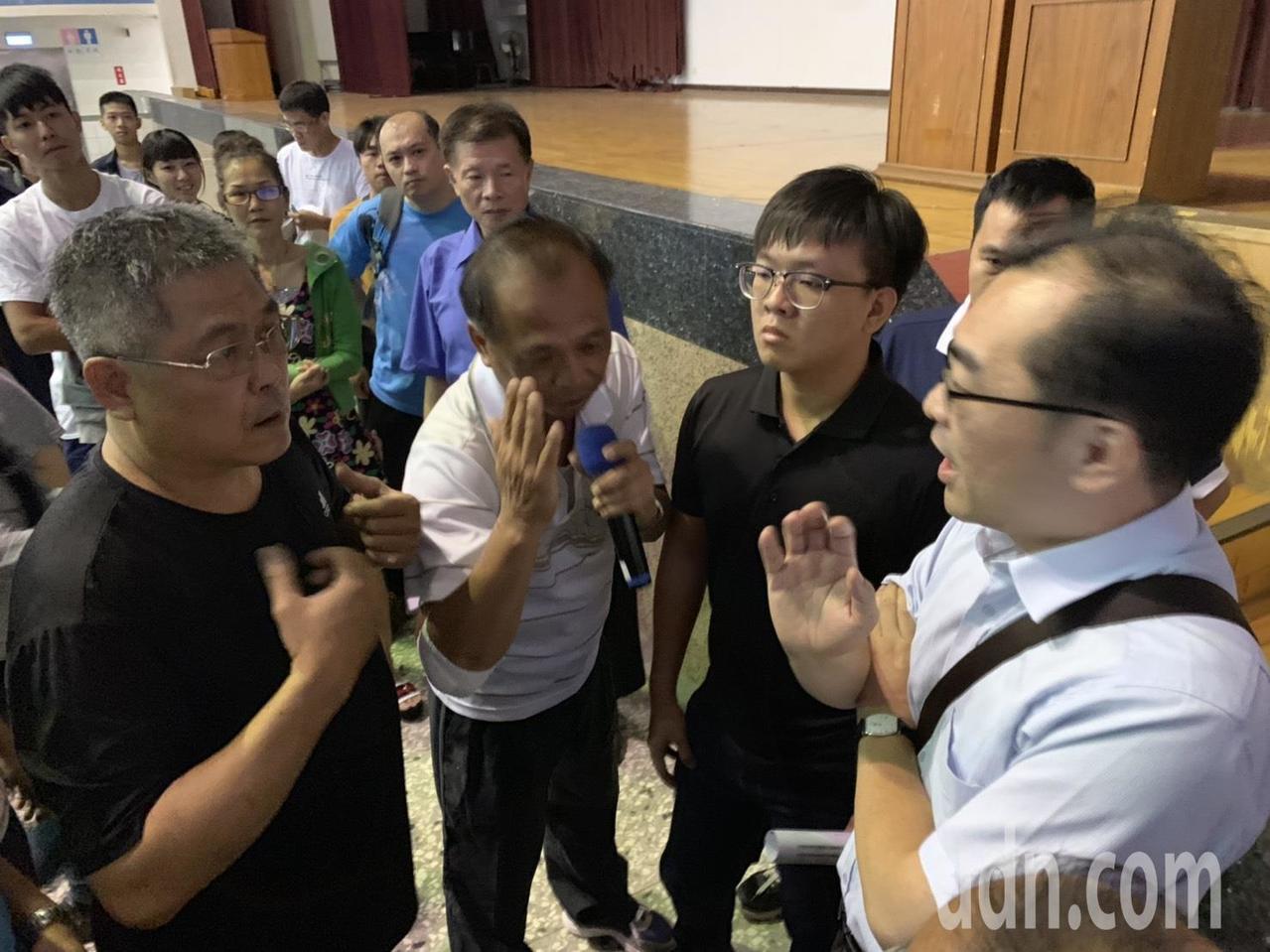 部分學生家長包圍教育部官員,表達希望在原學校畢業的心聲。記者吳淑玲/攝影