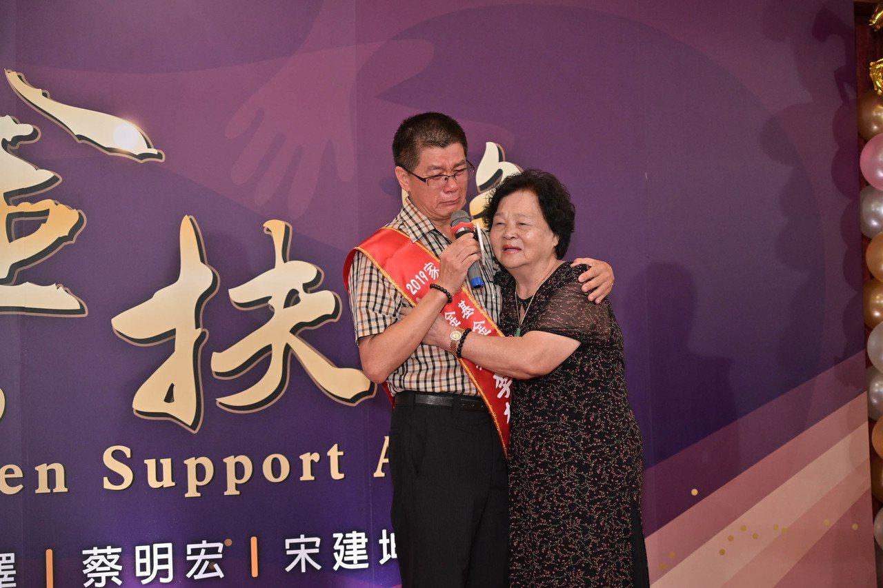 金扶獎今頒獎,李枝全(左)感恩從小辛勞養育他的母親,哽咽說來世還要做媽媽的孩子。...