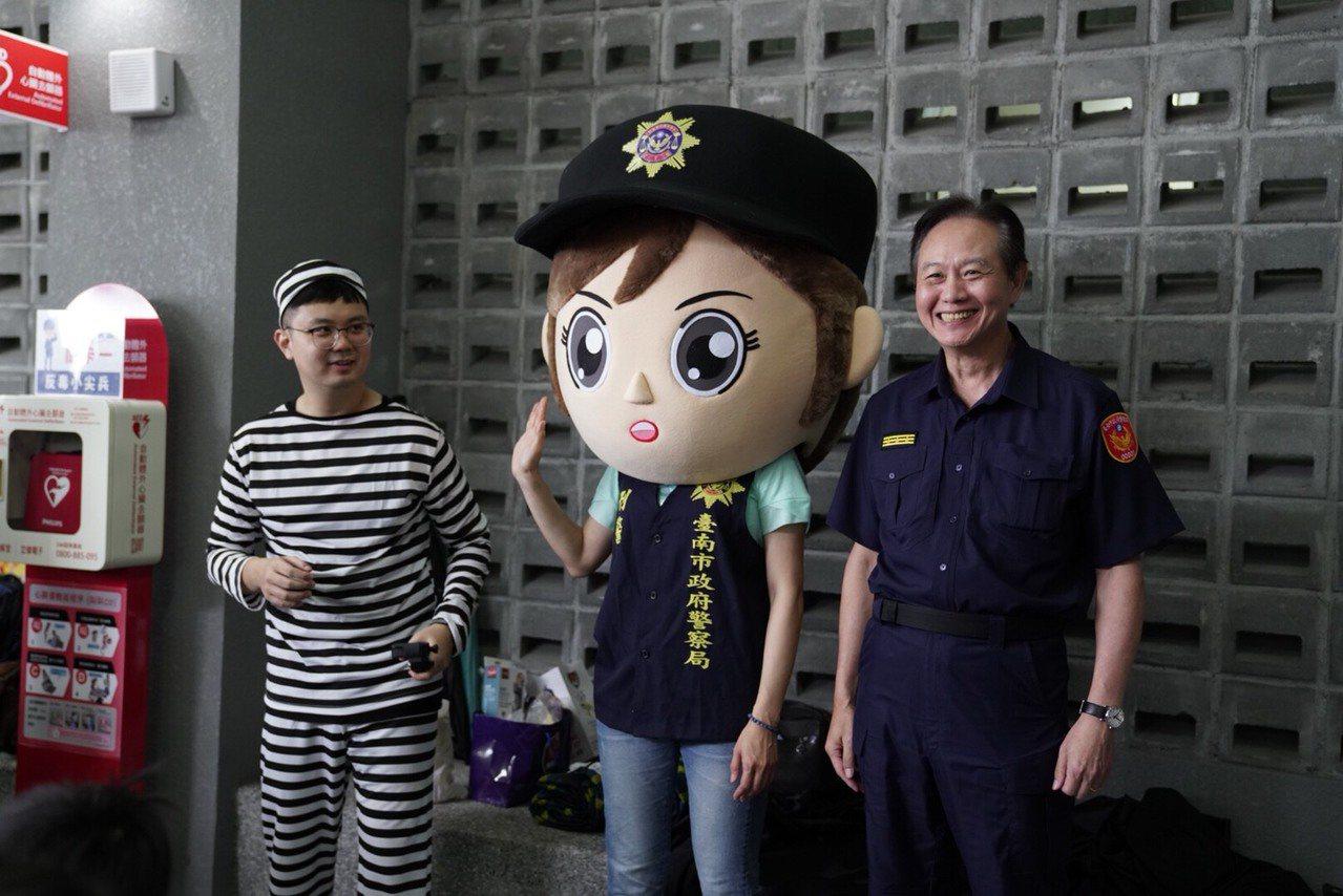 台南市警局暑期小小警察體驗營報名秒殺,刑警大頭娃娃首度現身與小朋友互動。圖/南市...