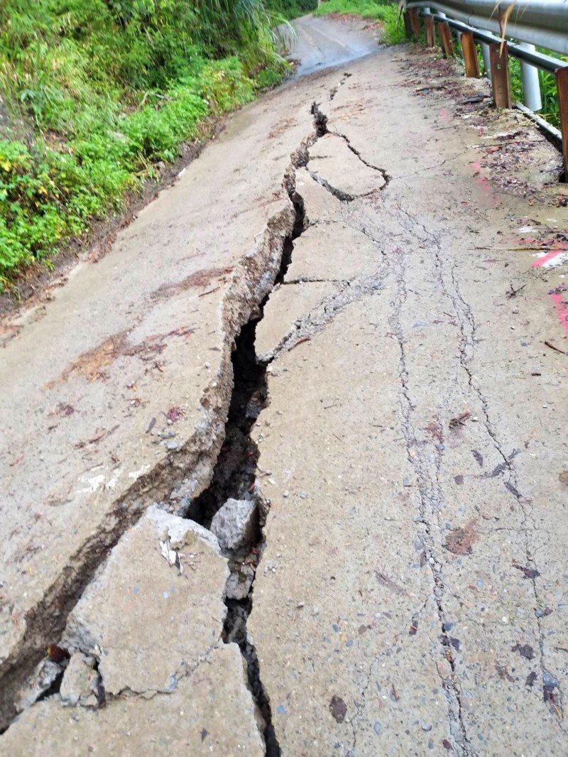 仁愛鄉紅香部落聯外道路嚴重龜裂。圖/仁愛鄉公所提供