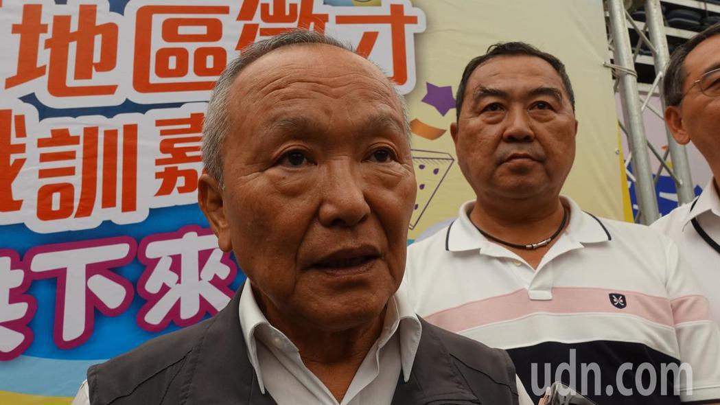 苗栗縣長徐耀昌(左)今說,他任內4年半期間,加起來有超過8千億的招商引資,右為立...