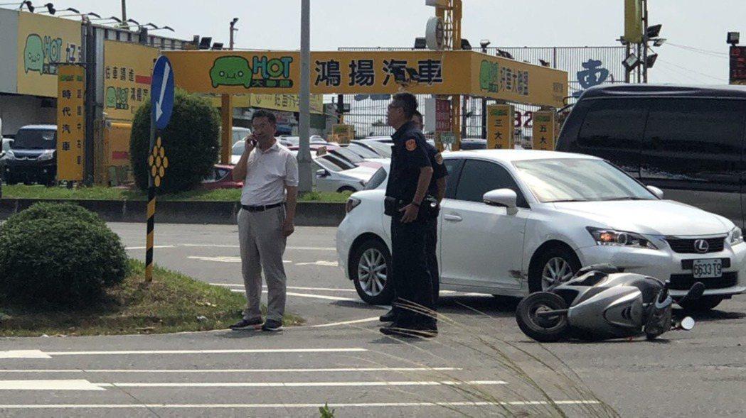 金管會主委顧立雄今天下午駕車在北市承德路6段一處路口發生車禍。 圖/讀者提供