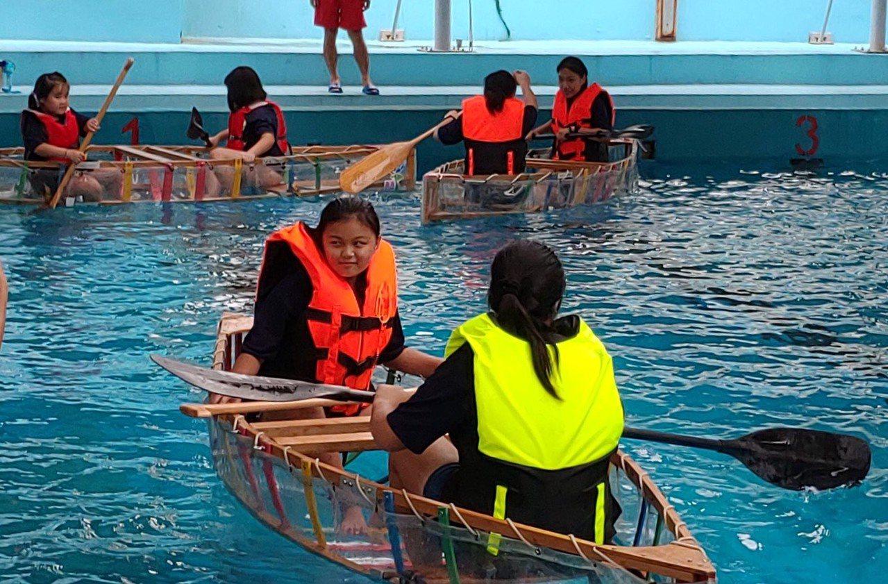 鹿港鎮公所今天在公所前廣場舉辦這項「鹿上行舟~造舟DIY」活動,學子們還操作自己...