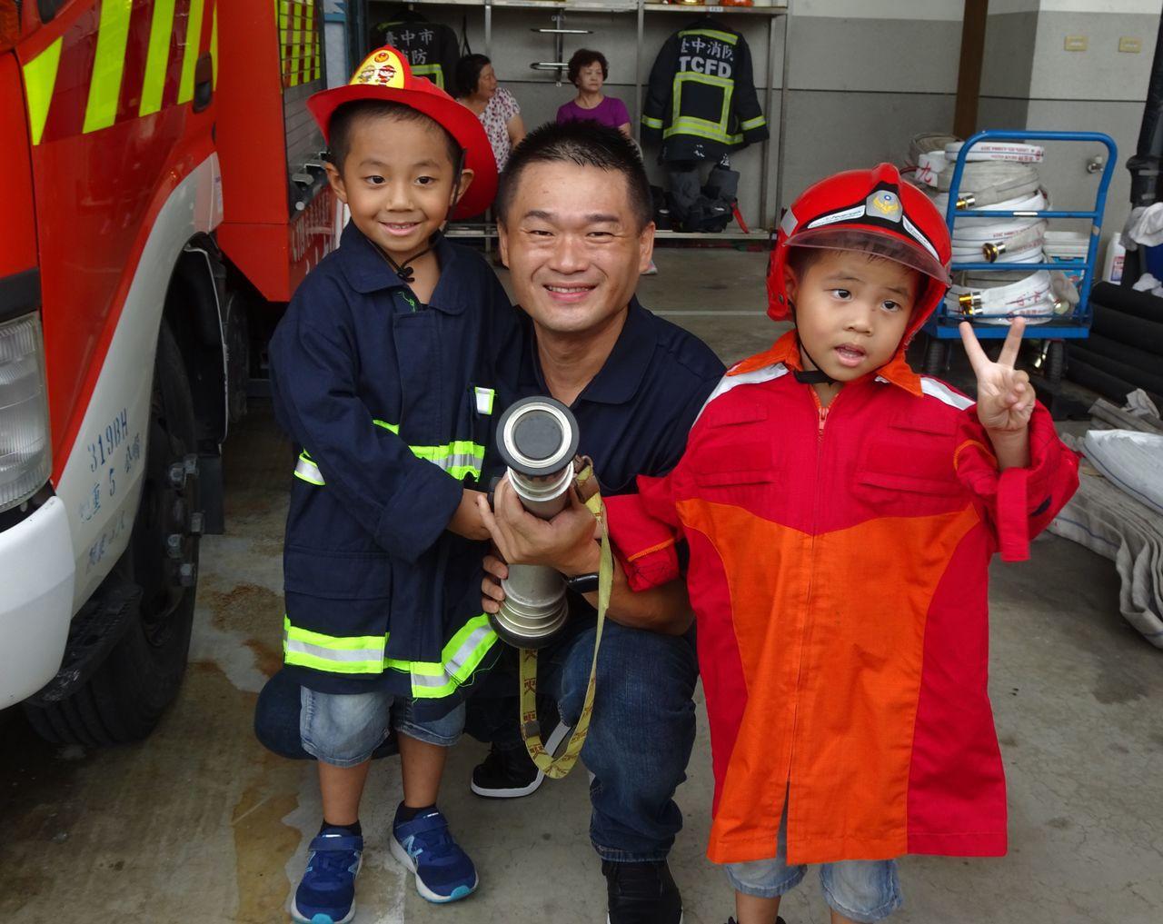 一日小小消防員活動今天在台中市大里區十九甲消防分隊登場,吸引100名學童報名參與...