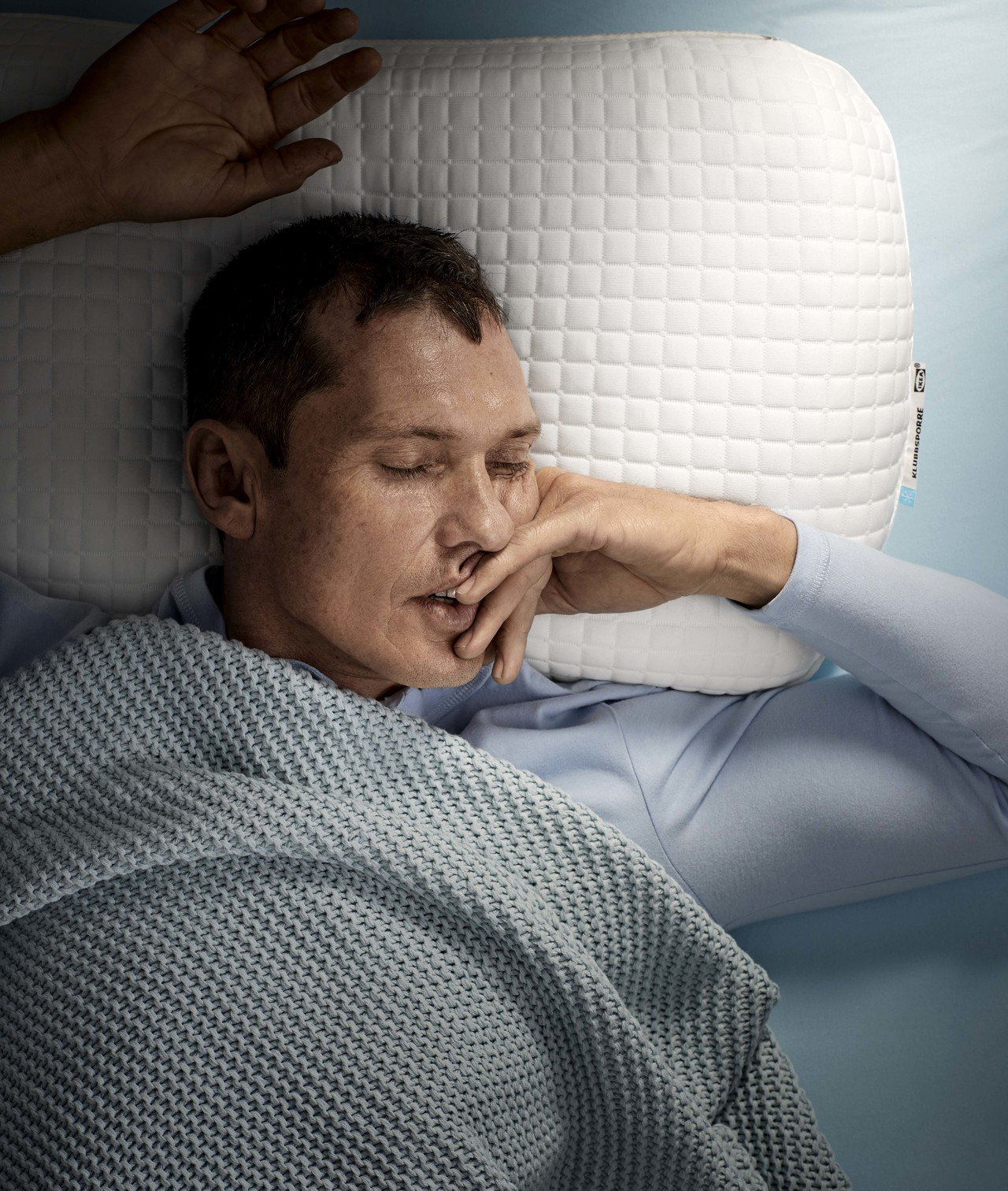 IKEA KLUBBSPORRE人體工學枕結合記憶泡棉與凝膠層,提供涼爽舒適表面...