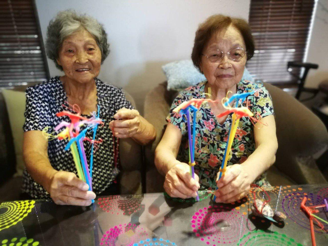 新豐有一對年逾90歲的高齡姊妹,身體相當硬朗,95歲的姊姊劉余春梅(右)有一雙巧...