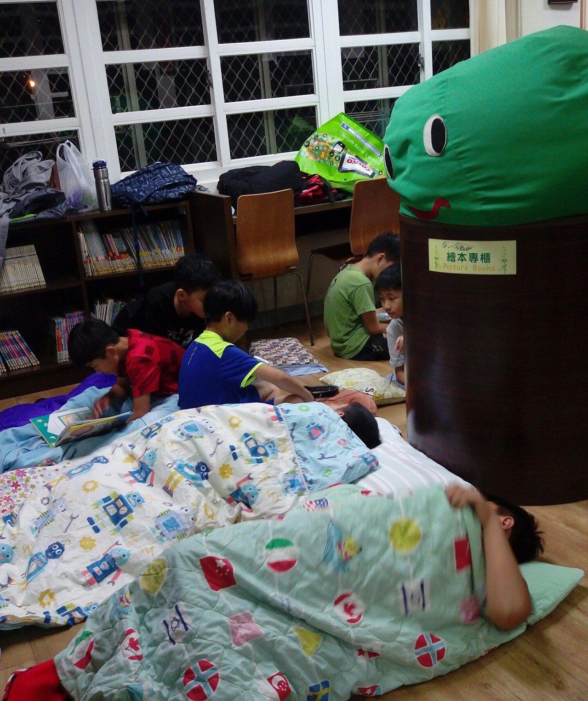 高雄市鳥松區大華國小推「夜宿圖書館」活動,小朋友和書香共眠。圖/高雄市教育局提供