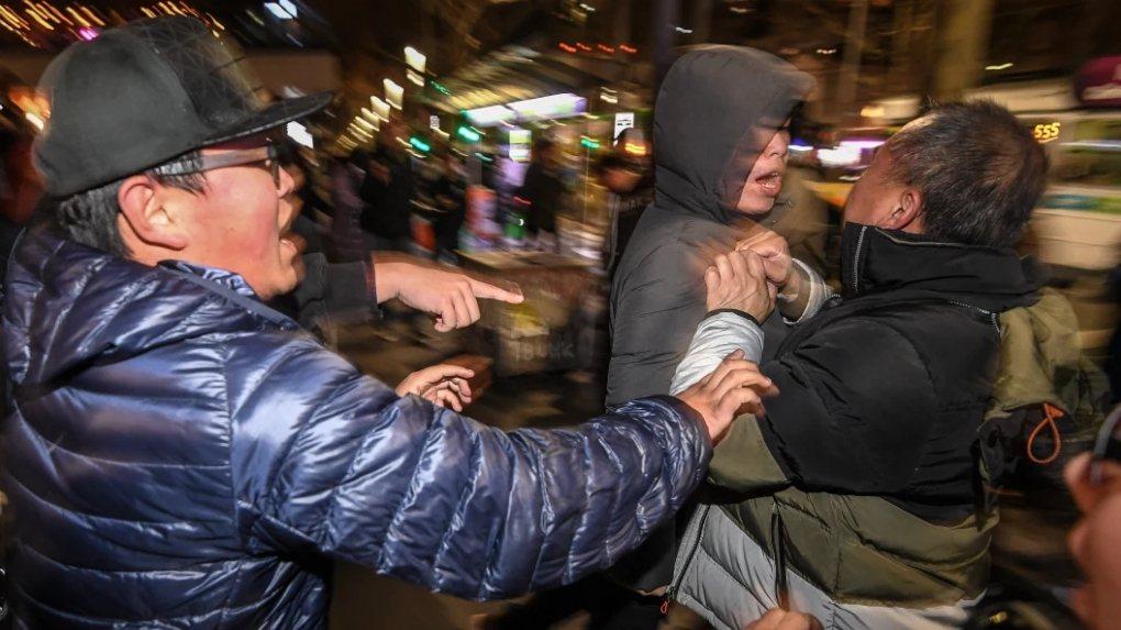 澳洲墨爾本16日晚間州立圖書館前,一場聲援香港抗爭的集會遭挺中國群眾踩場叫囂,雙...