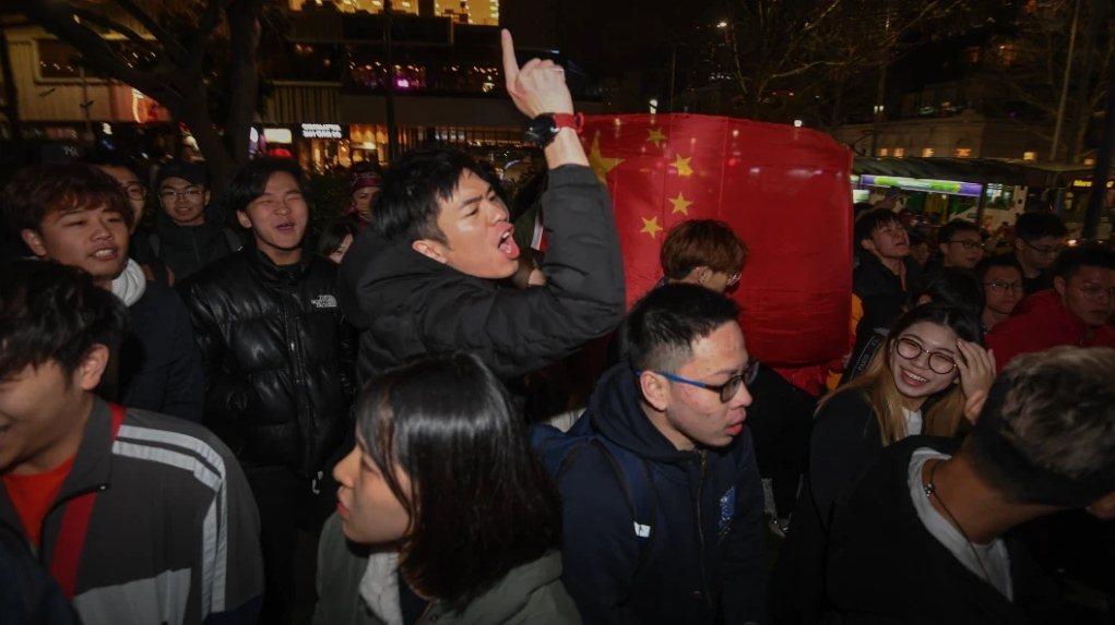 澳洲墨爾本16日晚間州立圖書館前,一場聲援香港抗爭的集會遭挺中國群眾踩場,當中有...