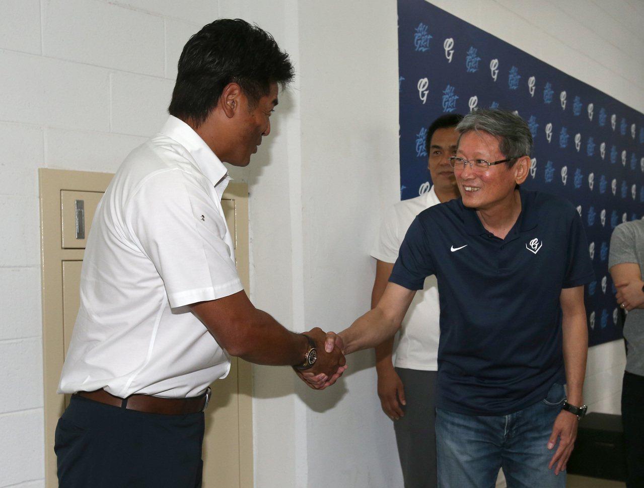 日本隊監督稻葉篤紀(左)拜會富邦悍將隊顧問郭泰源。記者林澔一/攝影