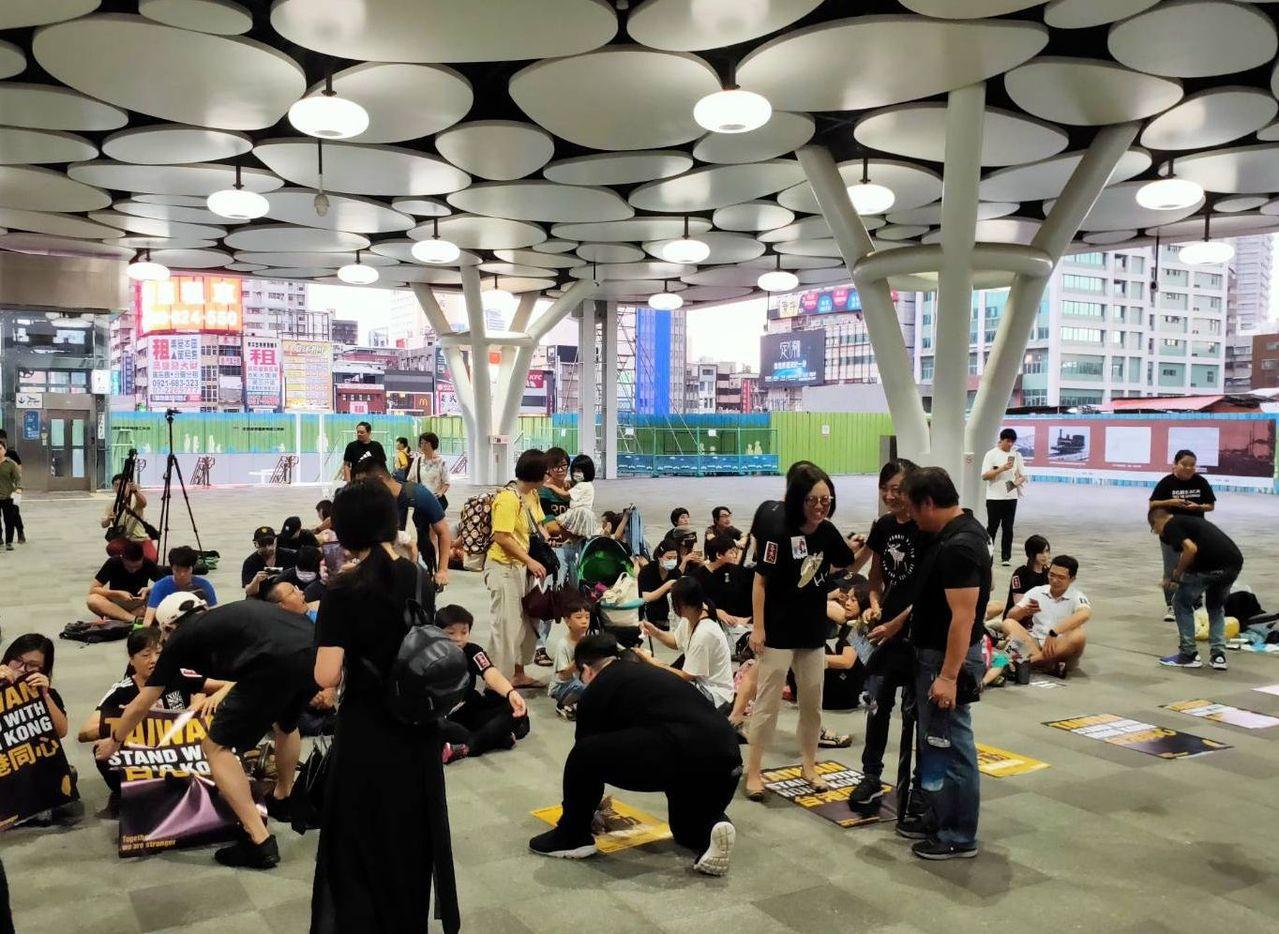 全球抗爭連線集會聲援香港活動今晚在高雄火車站登場,參與者逐漸聚集。記者林保光/攝...