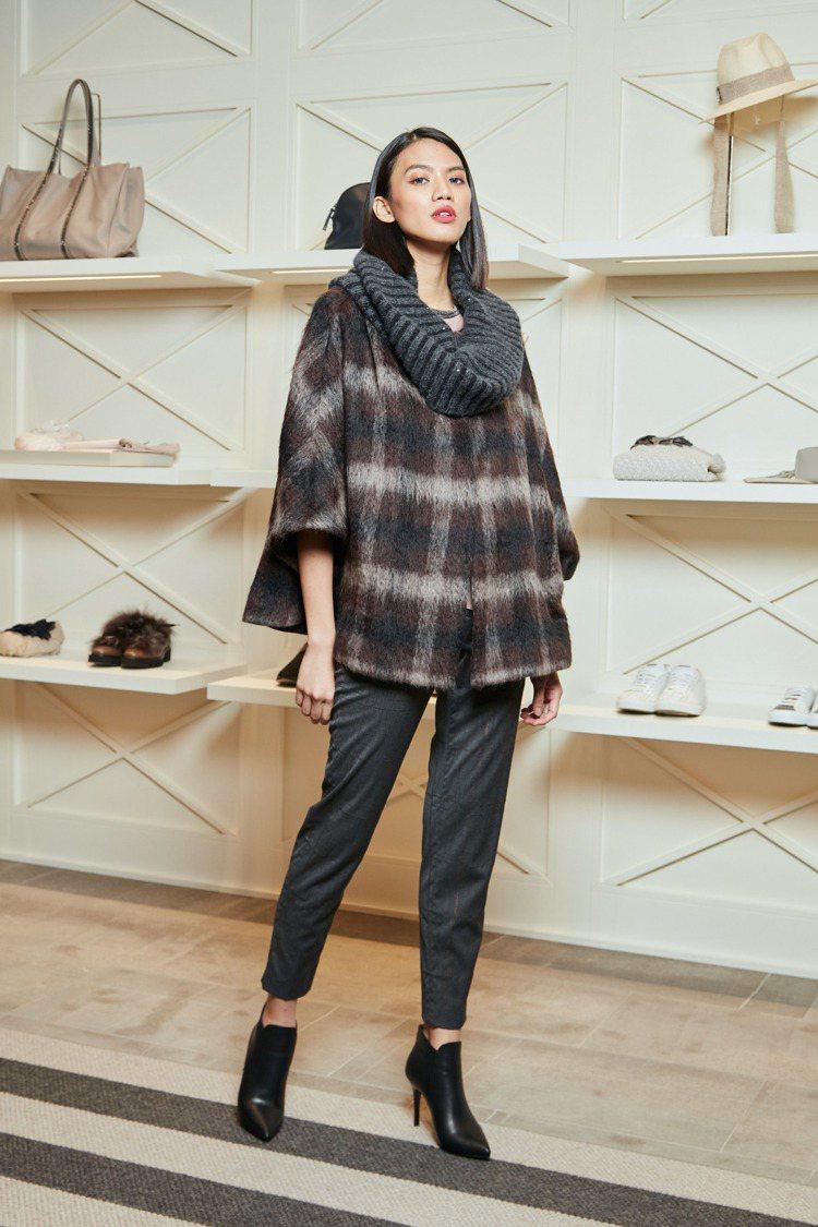 羊毛材質長褲27,800元、螺紋立領斗篷夾克95,400元。圖/Fabiana ...