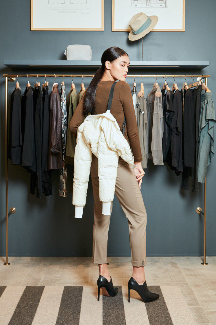 附內背帶短版羽絨夾克48,700元、拼接紗飾棉質上衣17,300元、毛料鑽飾長褲...