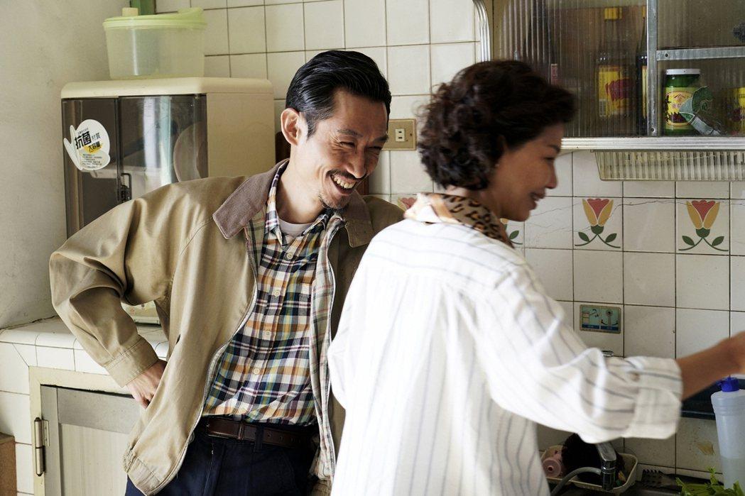 「俗女養成記」戲中,陳竹昇(左)愛逗飾演老婆的于子育。圖/華視提供