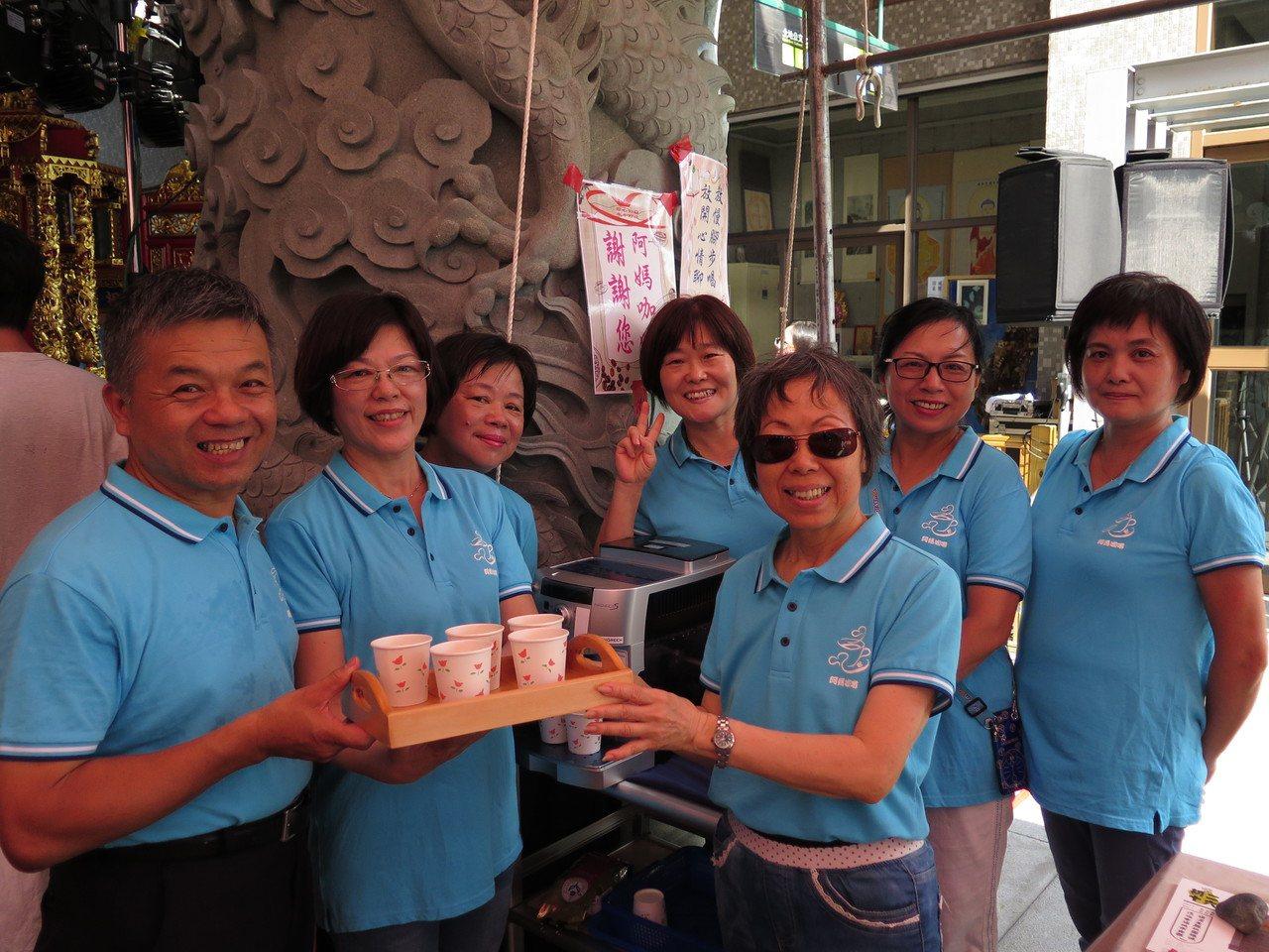 桃園區三民里由里長康進旺(左一)領軍成立「阿媽咖啡」,以待用咖啡傳遞善的循環。記...