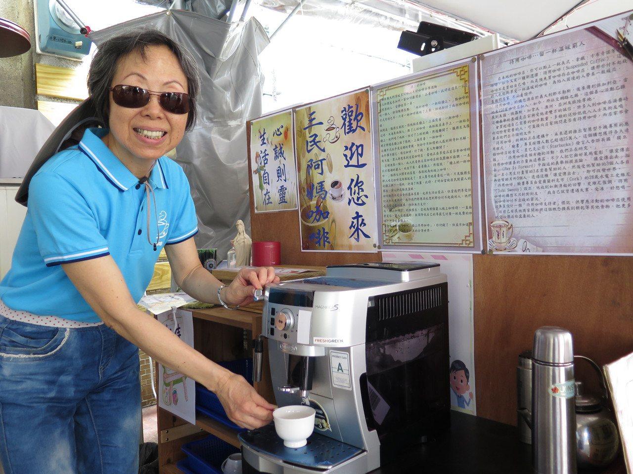 桃園區三民里營運「阿媽咖啡」,以待用咖啡傳遞善的循環,72歲里民侯李麗珠加入志工...