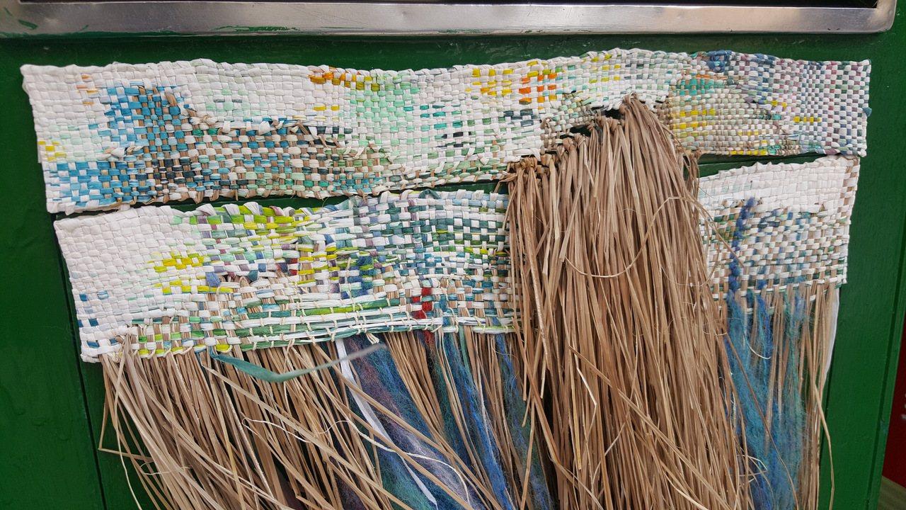 苑裡鎮山腳郵局的郵箱配合編織節「變身」,增添藺草編織等創作概念。記者胡蓬生/攝影
