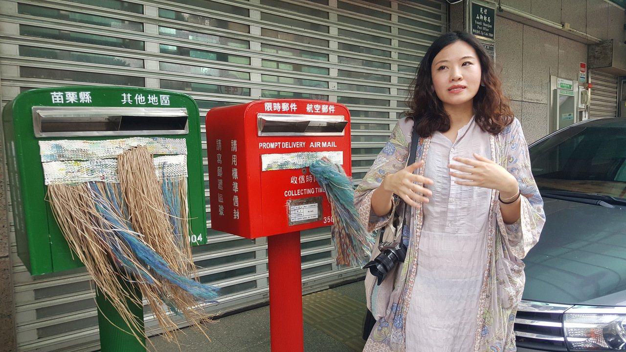苑裡鎮山腳郵局的郵筒配合編織節「變身」,增添藺草編織等創作概念。記者胡蓬生/攝影