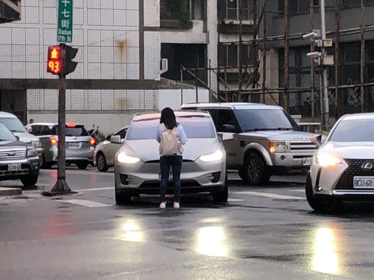 台中市一對男女朋友吵架,女友負氣下車以肉身阻擋男友車輛駛離,駕駛氣得狂按喇叭,引...