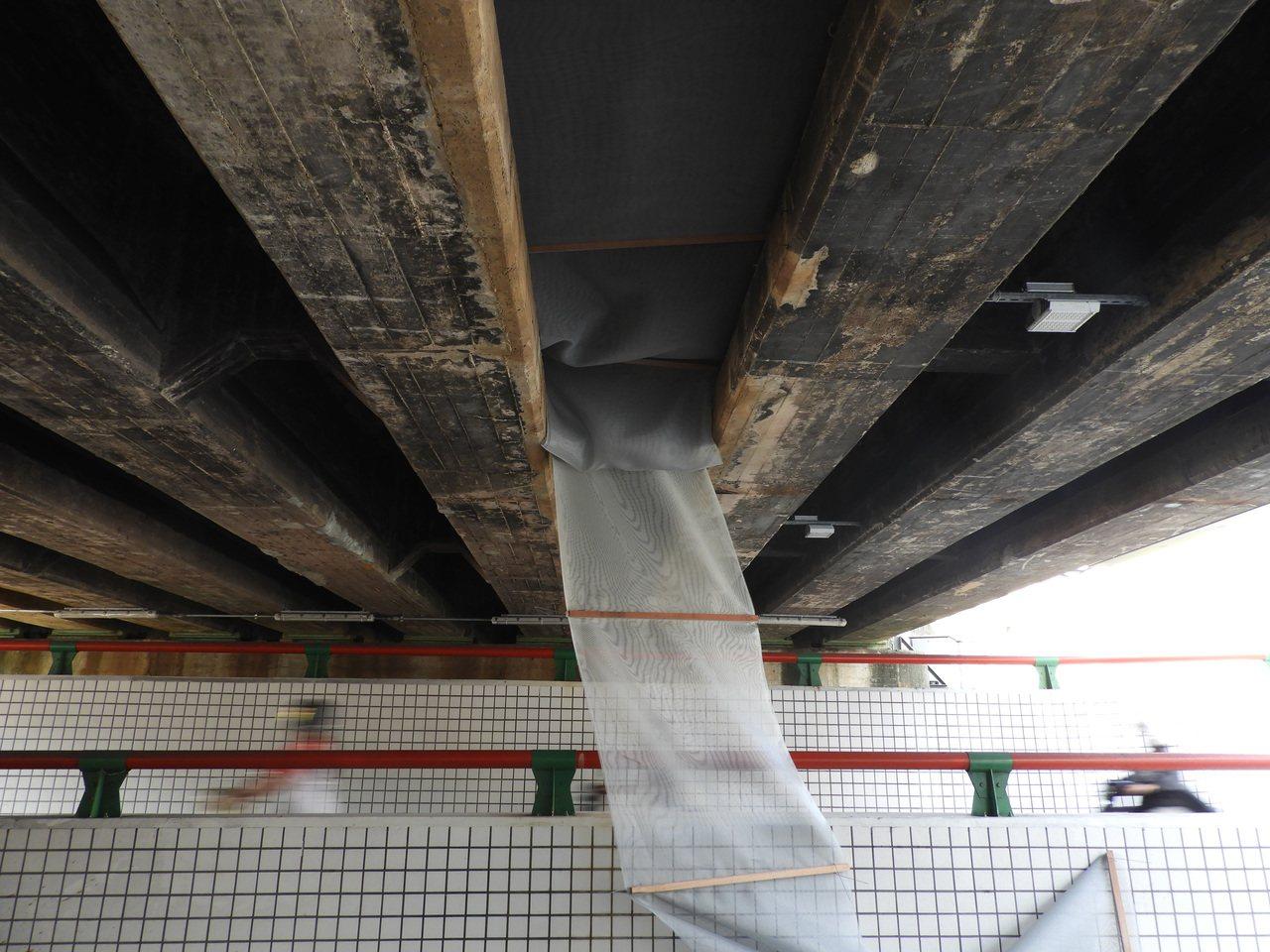 養工處於昨日下午前往於橋梁下加裝安全防護網,避免混凝土塊再次掉落。記者高宇震/攝...