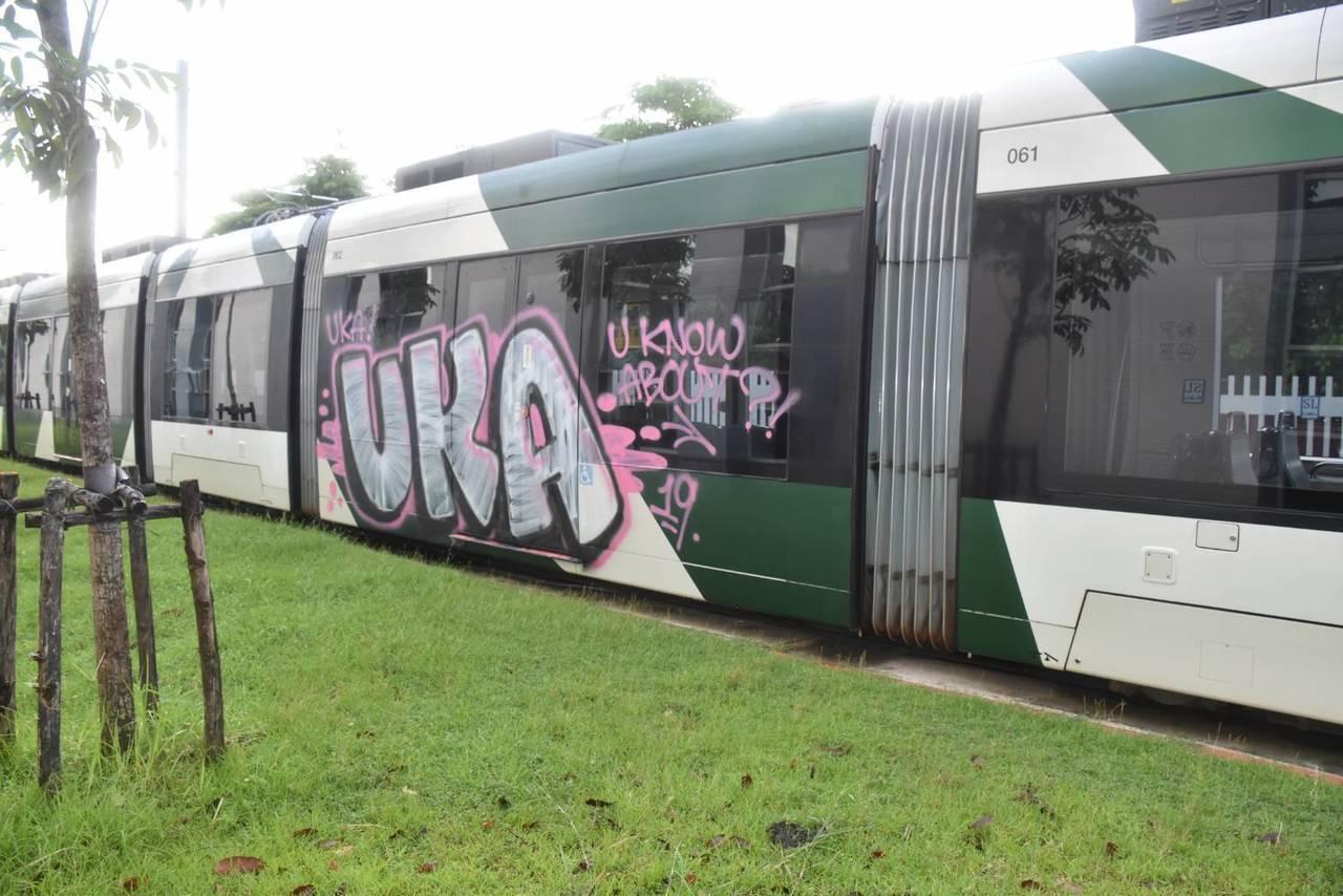 高雄輕軌列車車廂遭塗鴉。圖/讀者提供