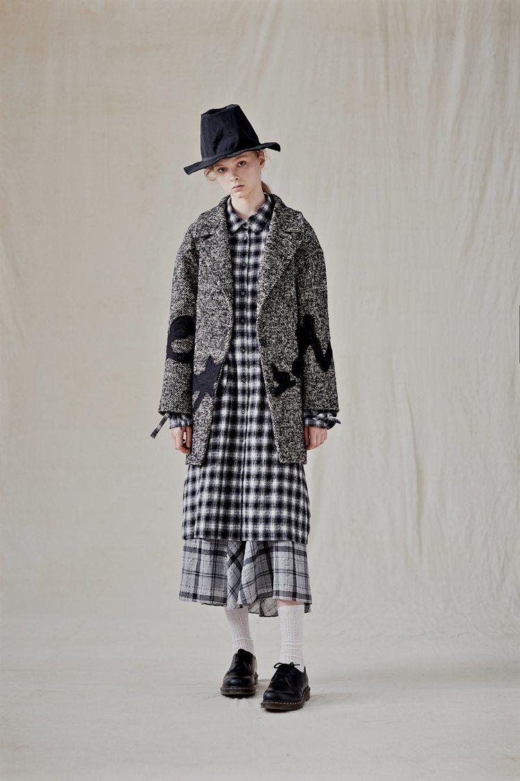 輕紗、蕾絲和硬挺西裝布將CRY秋冬系列變幻出柔中帶剛的韻味。圖/CRY提供