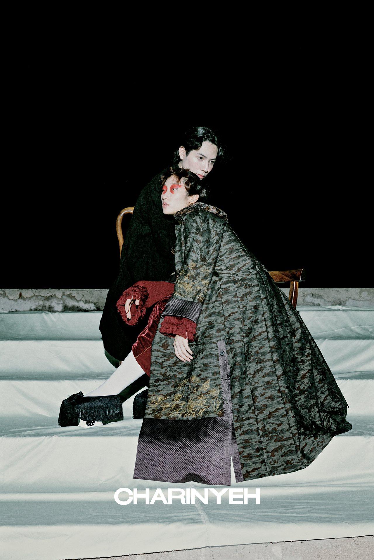 CHARINYEH的秋冬單品中,以老歌仔、胡撇仔戲、內台戲等歌仔戲的變革作為服裝...