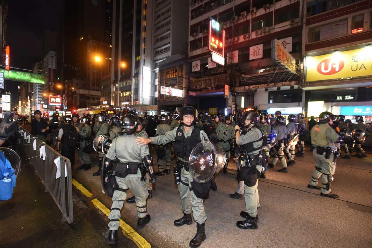 警方在彌敦道快速清場。圖:星島日報網站