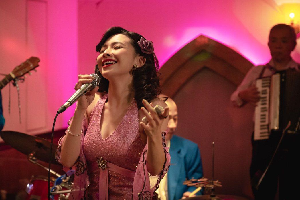 吳婉君在「苦力」戲中演出風情萬種的紅牌酒家女。圖/公視提供