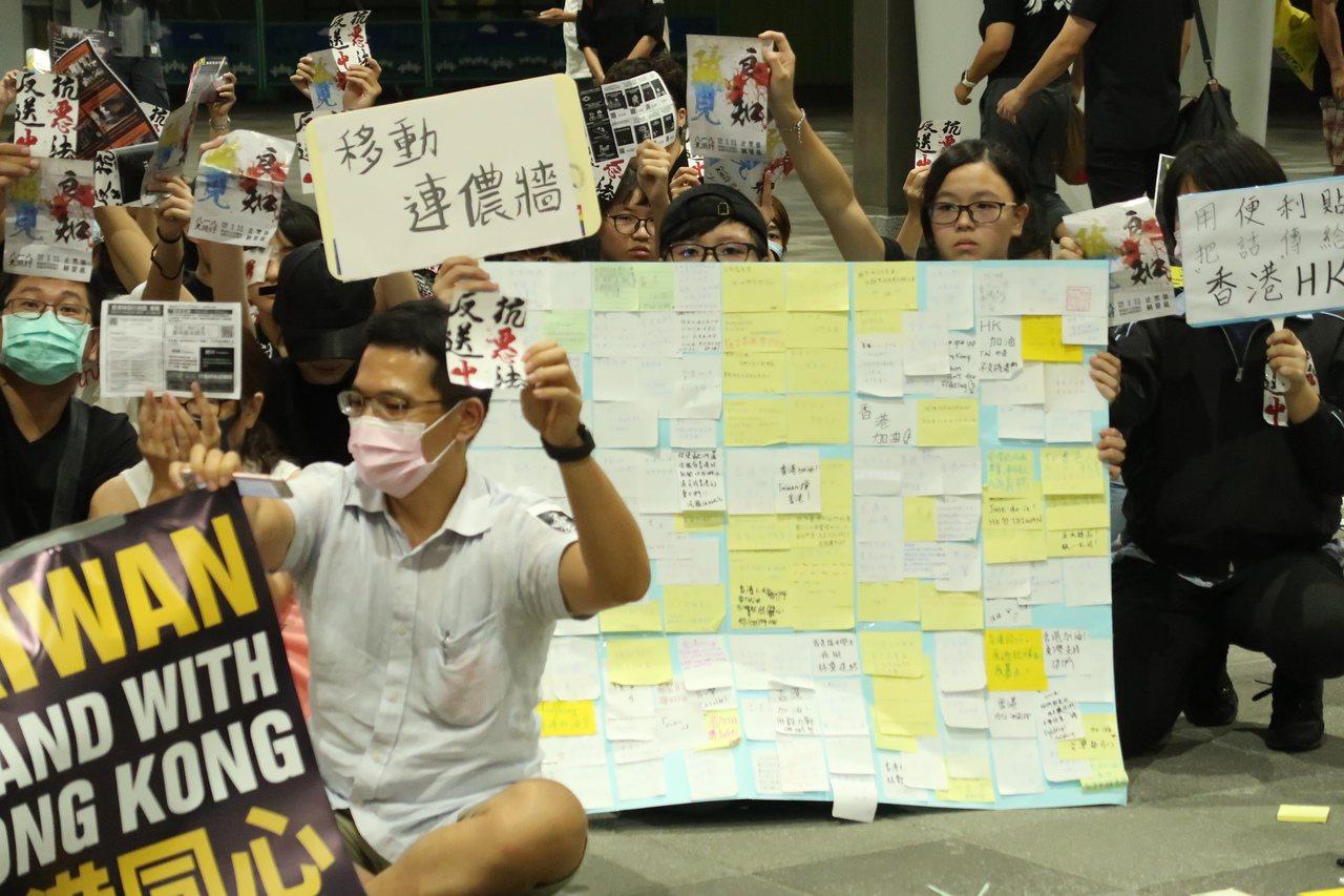 民眾用Memo紙寫下對民主普選及反送中的訴求,貼在連儂牆上。記者徐如宜/攝影