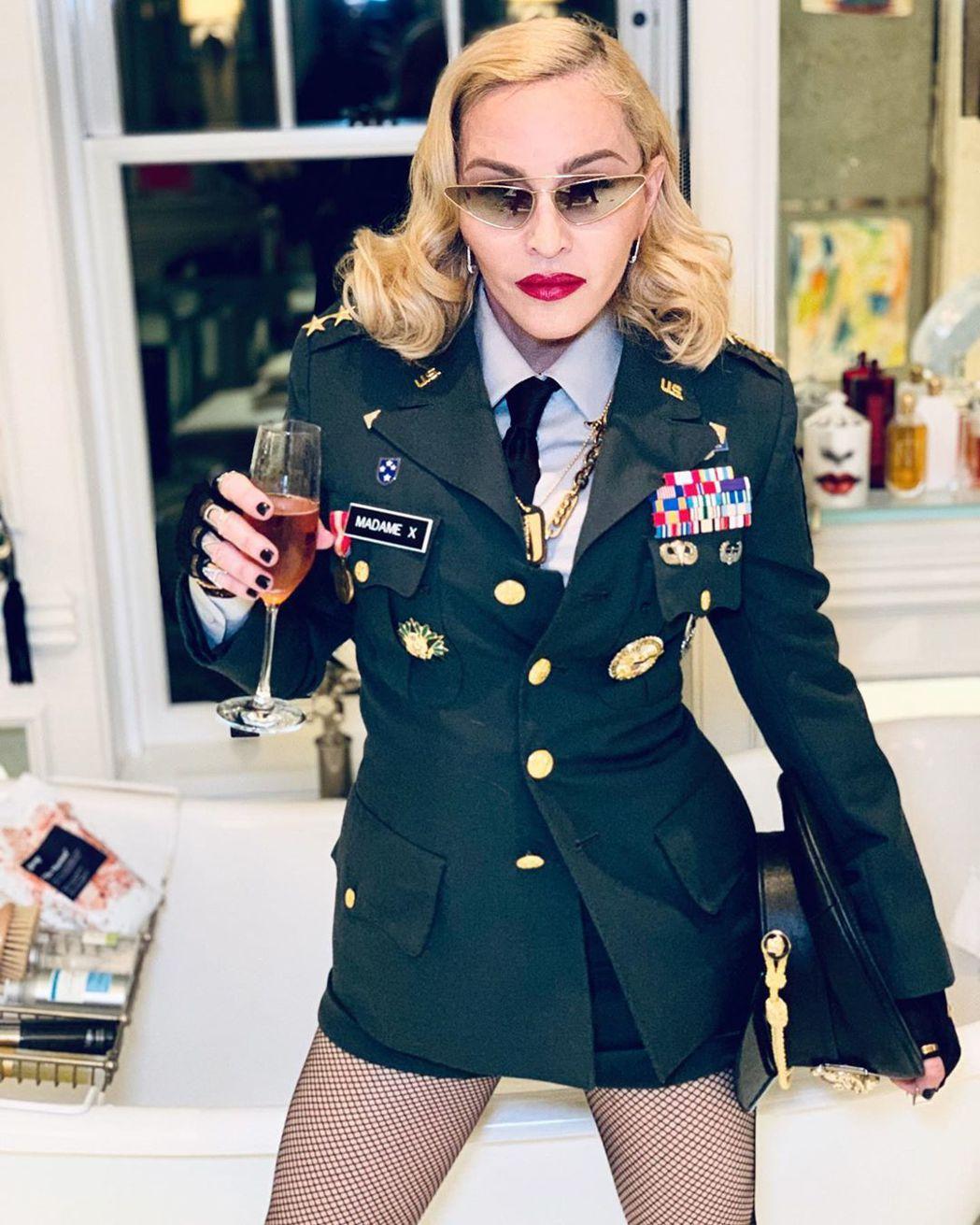 瑪丹娜61歲生日打扮成4星上將,依然霸氣十足。圖/摘自Instagram