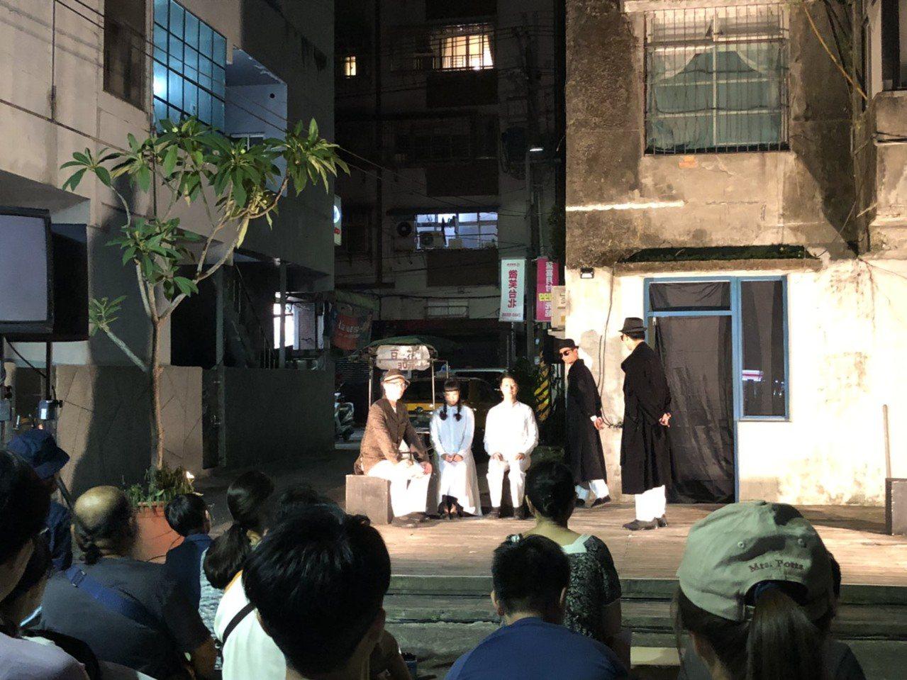 基隆市東明路86設計公寓今晚在公寓後方平台舉辦展演活動,由本土青年劇團「海島演劇...