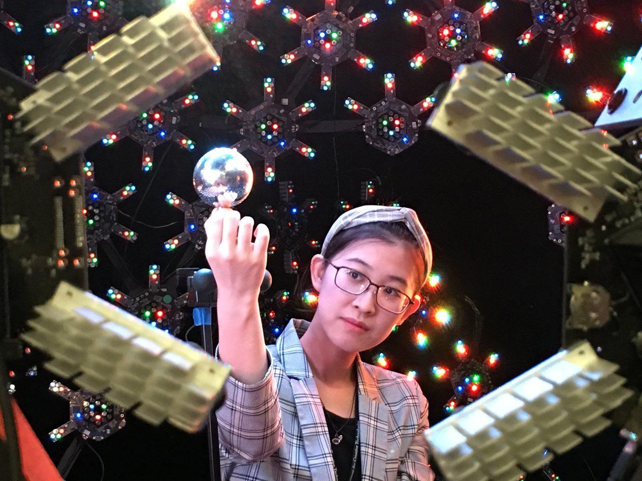 南加大Light Stage實驗室,一顆圓形球體,裝置上萬顆燈,演員只要座進去球...